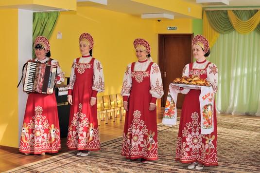 выступление в стиле русских народных традиций на вручении сертификата на благотворительную помощь от ФИНХОЛКОМ-ГРУПП