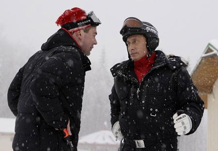 Президент России Дмитрий Медведев и премьер министр Владимир Путин на горнолыжном курорте Красная поляна пообщались с приехавшими отдохнуть сюда детьми.