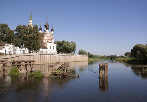 Ансамбль Троицкой и Введенской церквей на берегу реки Теза