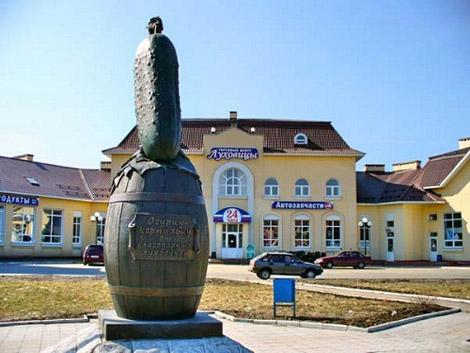 Памятник огурцу. Луховицы, Московская область