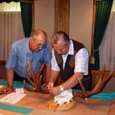 Эксперты Национального Фонда Святого Трифона оценивают охотничьи трофеи для выставки «Охотничий мир Верхневолжья»