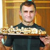 Волгоградский левша собрал уникальный деревянный автомобиль